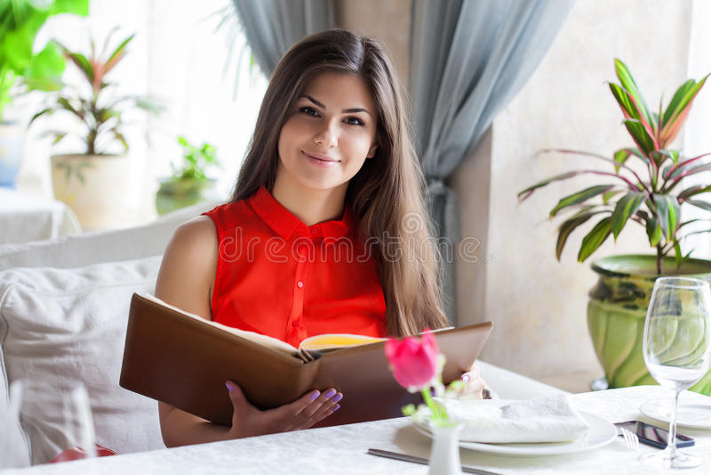 Kvinna i restaurang arkivfoton
