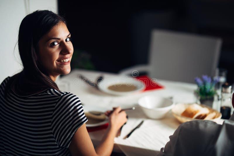 Kvinna i restaurang som äter vegetarisk strikt vegetariankrämsoppa Fri gluten och bantar mat Baserad soppa för kvinnlig ätabenbul arkivfoton