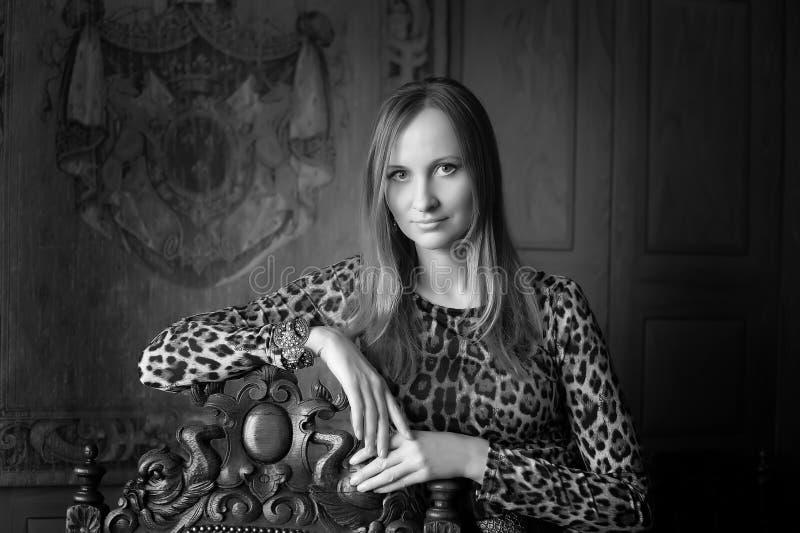 Kvinna i retro stil i leopardklänning arkivfoto