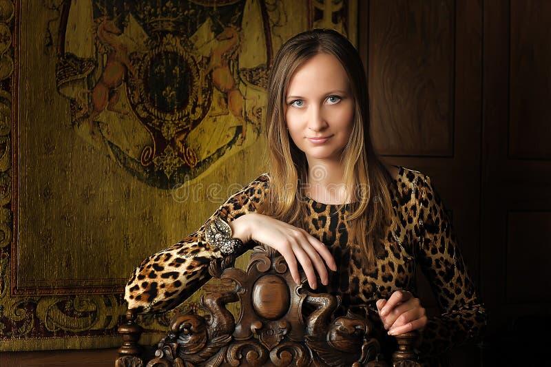 Kvinna i retro stil i leopardklänning arkivbilder