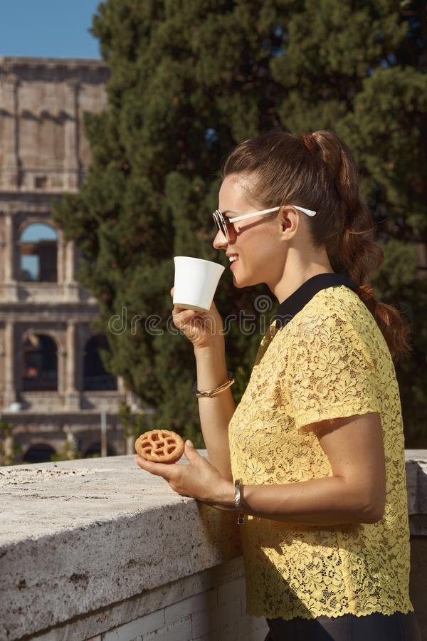 Kvinna i Rome, Italien som dricker kaffe med italiensk mini- crostata royaltyfri fotografi