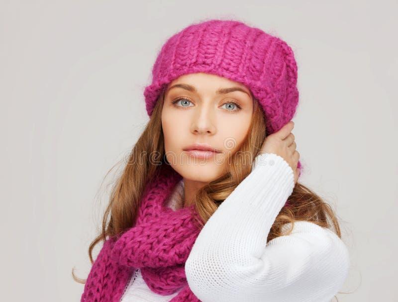Kvinna i rosa hatt och halsduk arkivbild
