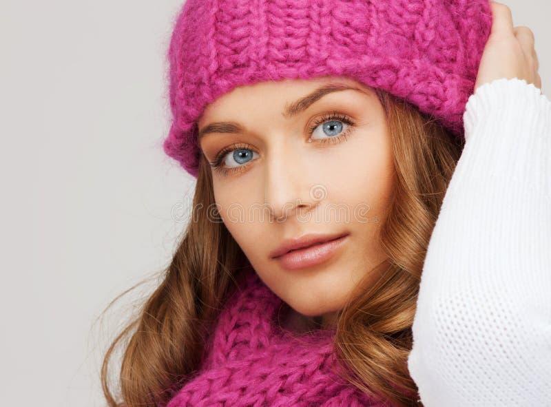 Kvinna i rosa hatt och halsduk arkivfoton