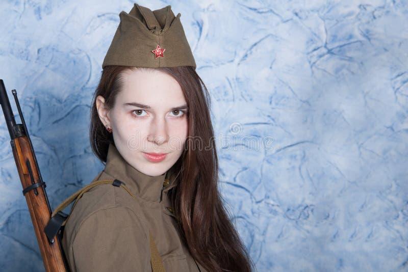 Kvinna i rysk militär likformig med geväret Kvinnlig soldat under det andra världskriget royaltyfria foton
