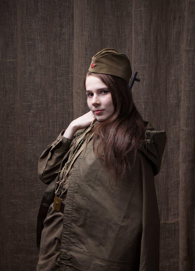 Kvinna i rysk militär likformig med geväret Kvinnlig soldat under det andra världskriget royaltyfri bild