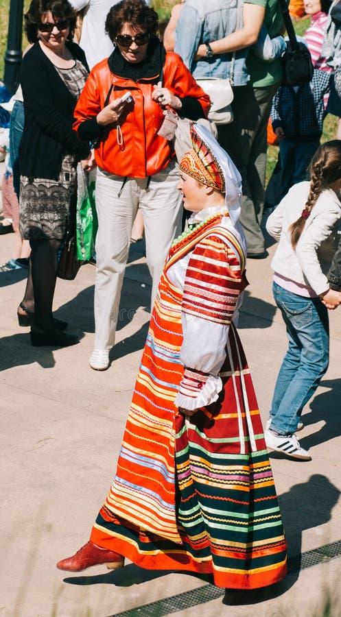 Kvinna i rysk nationell dräkt arkivbilder