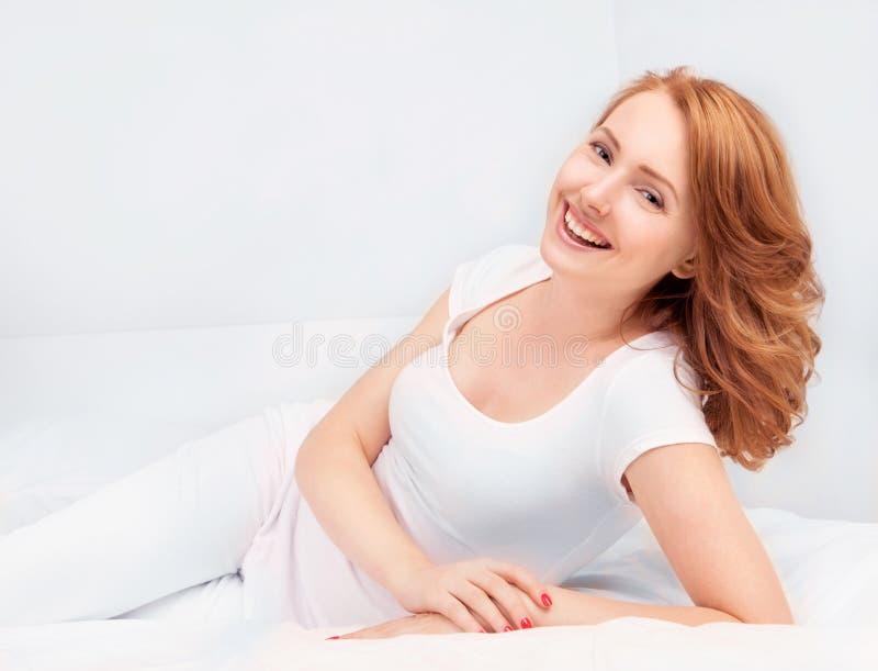 Kvinna i säng royaltyfria foton