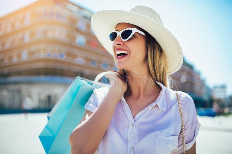 Kvinna i shopping Lycklig kvinna med shoppingp?sar som tycker om i shopping royaltyfri foto