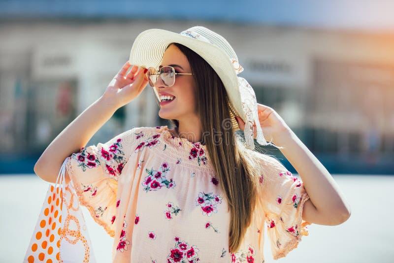 Kvinna i shopping Lycklig kvinna med shoppingp?sar som tycker om i shopping arkivbild