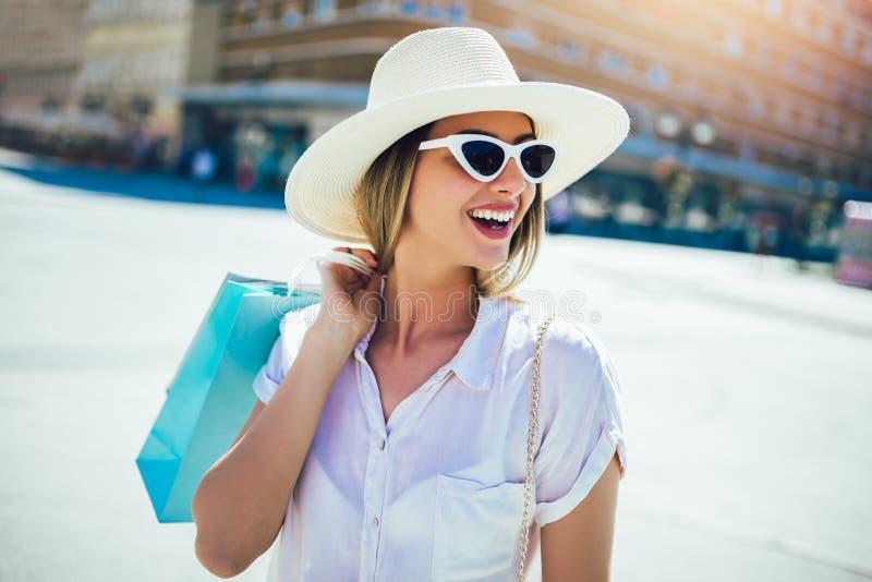 Kvinna i shopping Lycklig kvinna med shoppingp?sar som tycker om i shopping royaltyfria bilder