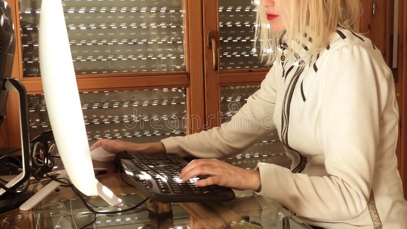 Kvinna i smart arbete royaltyfri bild