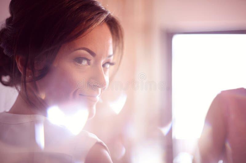 Kvinna i sminkstudio fotografering för bildbyråer