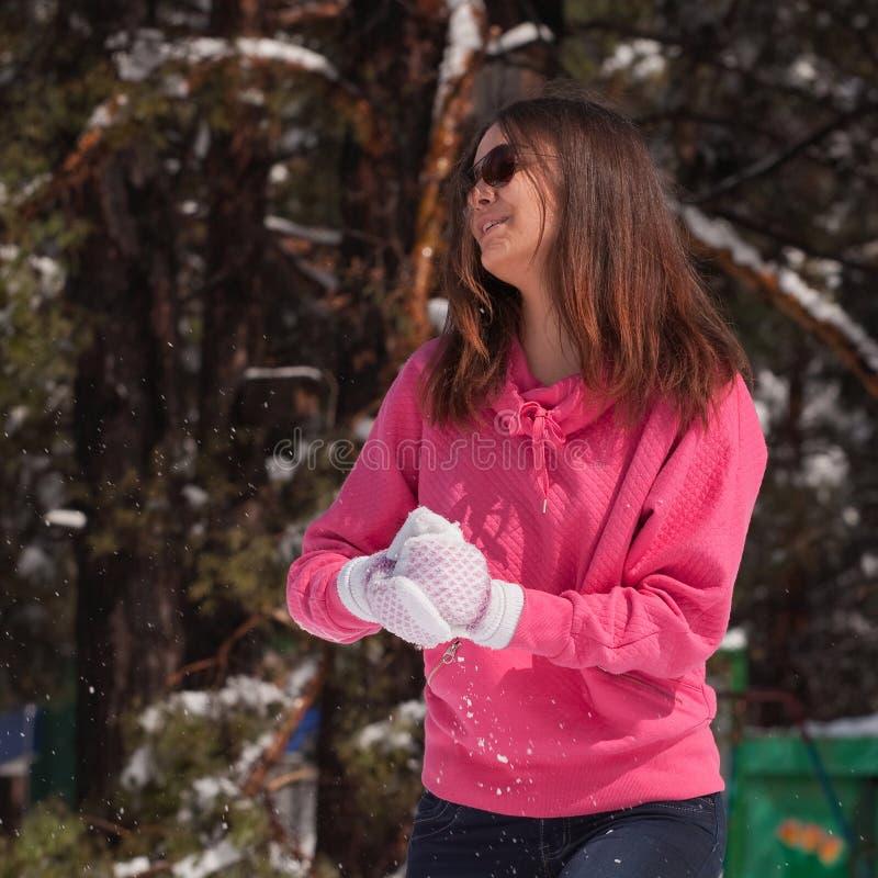 Kvinna i snöig skog royaltyfri bild
