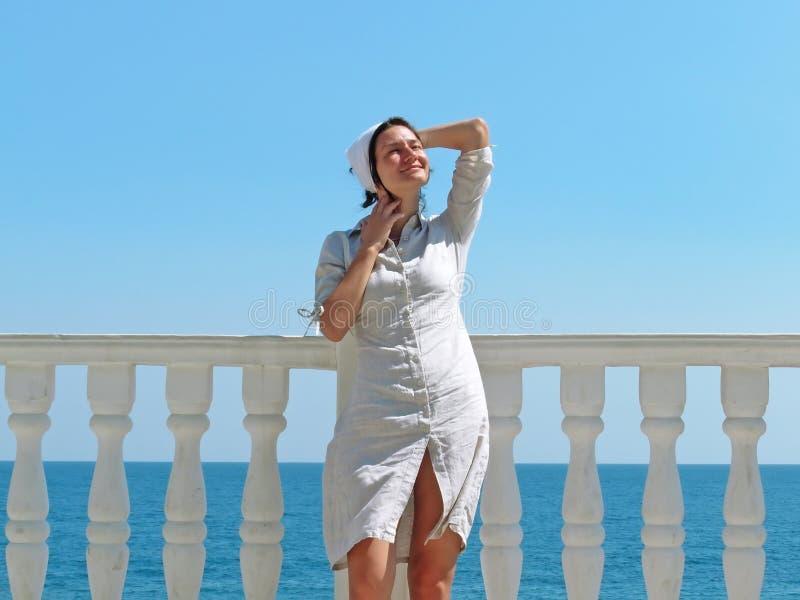 Kvinna i solljus arkivbilder