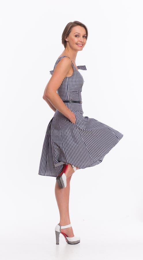Kvinna i sommarklänning med gingham royaltyfria bilder