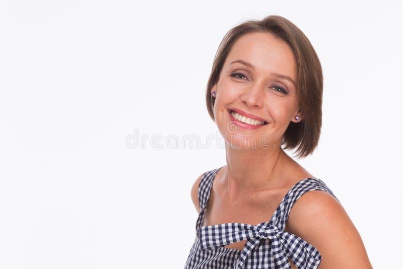 Kvinna i sommarklänning med gingham royaltyfri bild