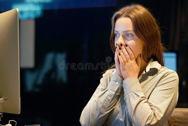 Kvinna i spänning framme av datoren royaltyfri foto