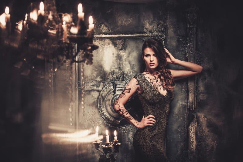Kvinna i spöklik inre arkivfoton