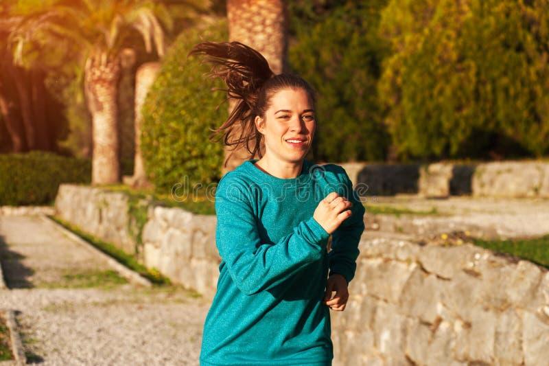Kvinna i sportdräkten som gör Cardio övningar royaltyfri fotografi