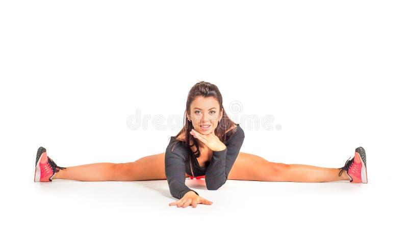 Kvinna i sportswearen som gör bensplittringövning Sträckning, yoga och sunt livbegrepp fotografering för bildbyråer