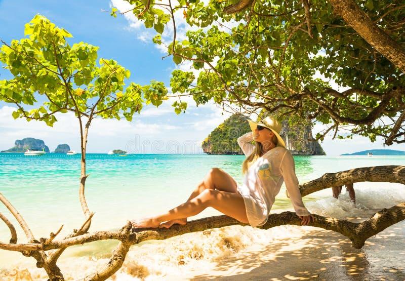 Kvinna i sugrörhatt som vilar den tropiska Thailand stranden royaltyfri foto