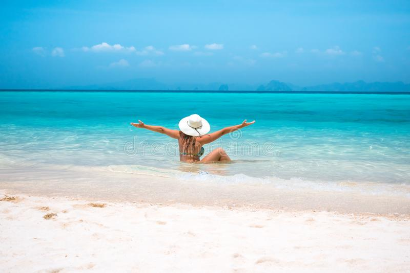 Kvinna i sugrörhatt som vilar den tropiska Thailand stranden royaltyfri bild