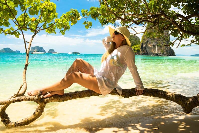 Kvinna i sugrörhatt som vilar den tropiska Thailand stranden arkivfoton