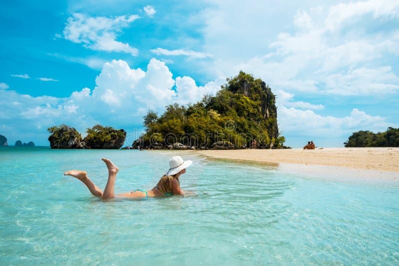 Kvinna i sugrörhatt som vilar den tropiska Thailand stranden royaltyfri fotografi