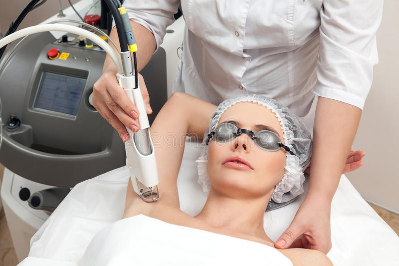 Kvinna i sund skönhetbrunnsortsalong royaltyfria bilder