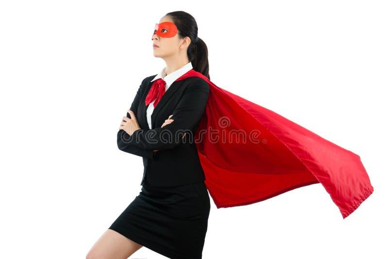 Kvinna i superheroklädskyddsglasögon och kappa arkivbild