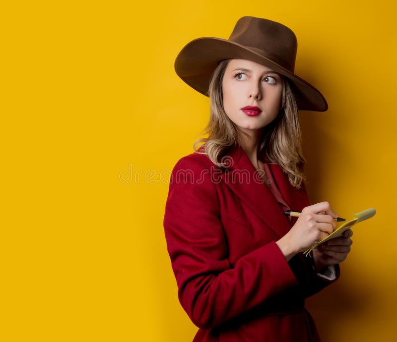 Kvinna i 40-talstilkläder med anmärkningen och pennan arkivfoton
