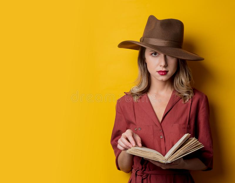 Kvinna i 40-talstilkläder med boken arkivfoton
