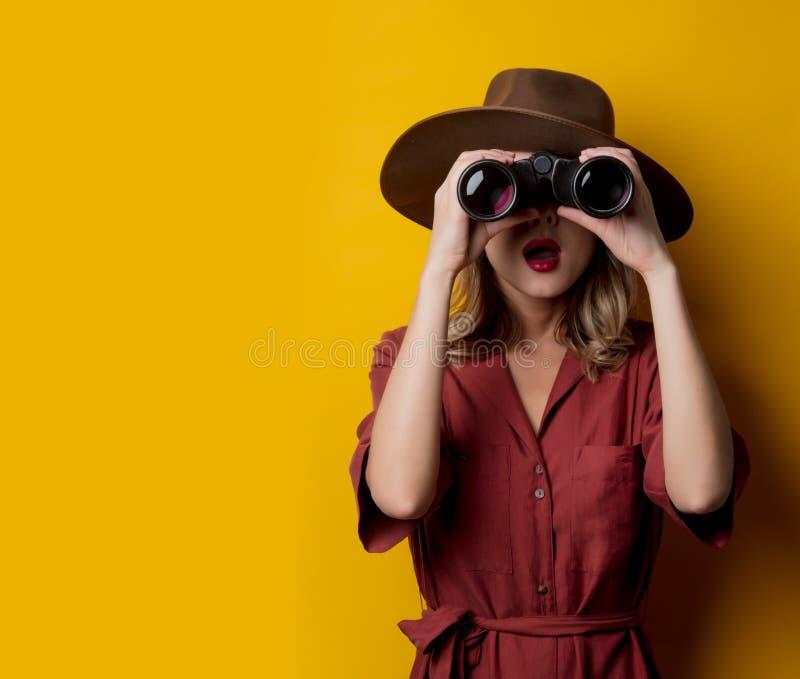 Kvinna i 40-talstilkläder med kikare arkivbilder