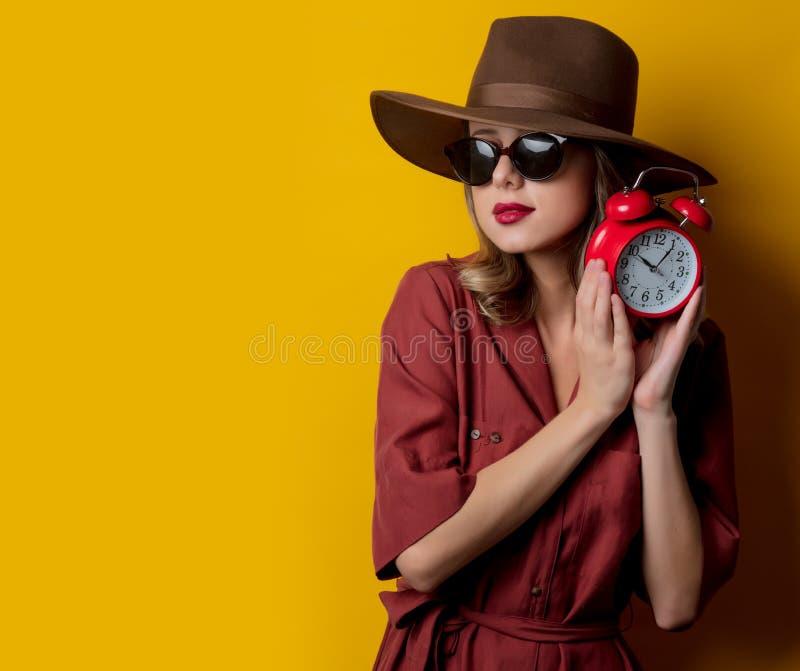 Kvinna i 40-talstilkläder med ringklockan royaltyfria foton