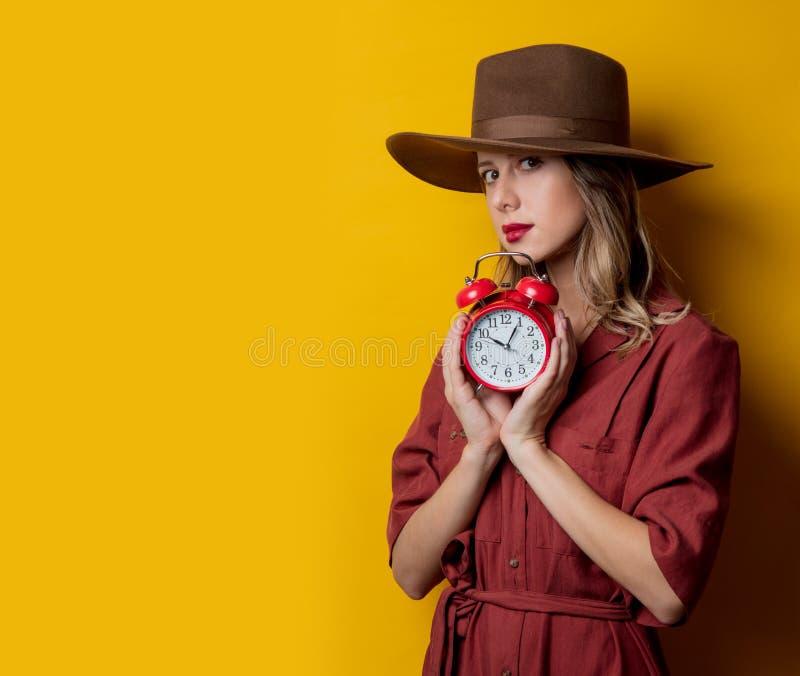 Kvinna i 40-talstilkläder med ringklockan fotografering för bildbyråer