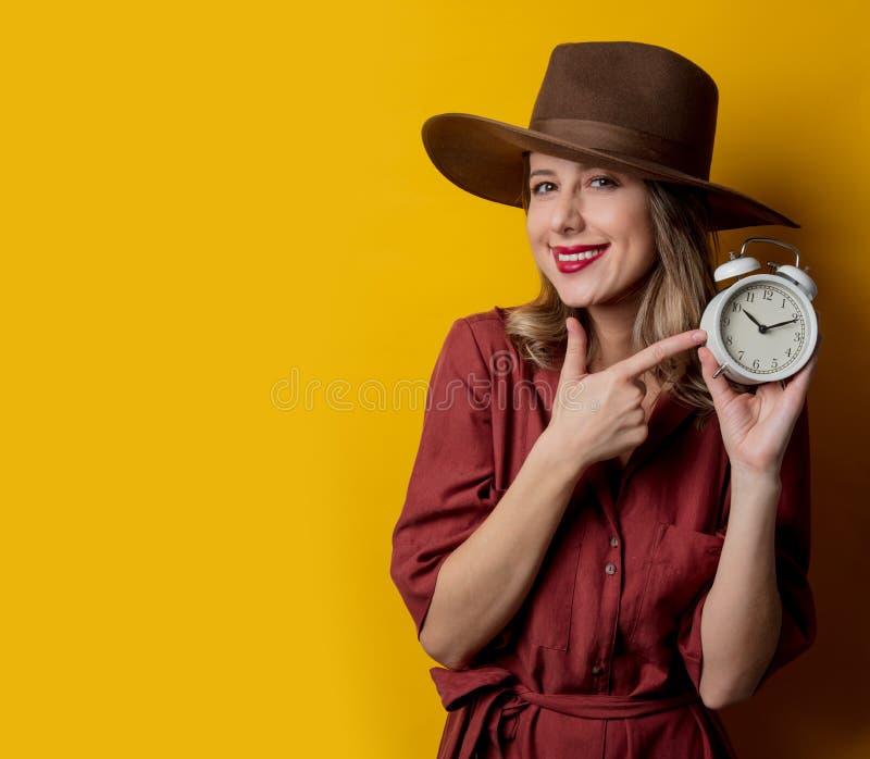 Kvinna i 40-talstilkläder med ringklockan arkivbilder