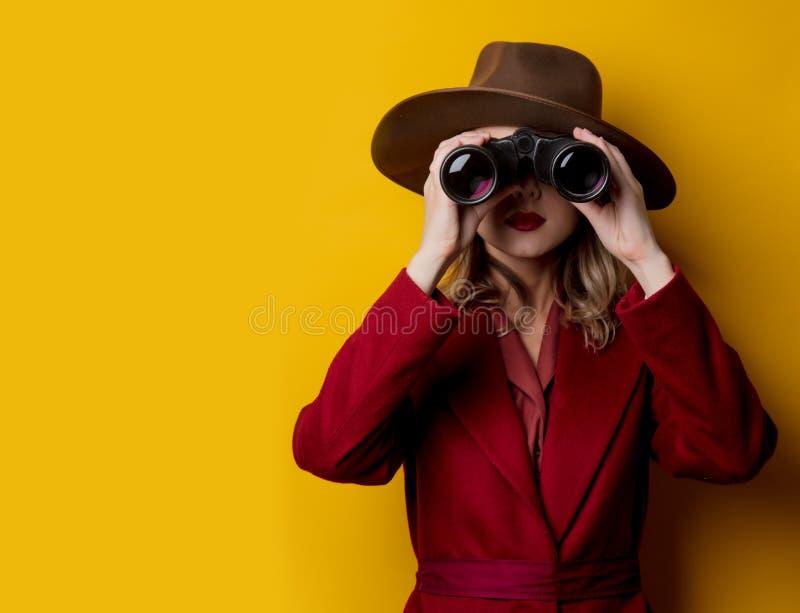 Kvinna i 40-talstilkläder och kikare arkivfoto