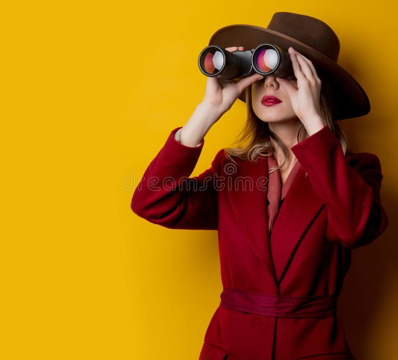 Kvinna i 40-talstilkläder och kikare royaltyfri fotografi