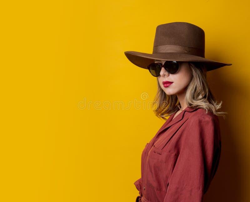 Kvinna i 40-talstilkläder och solglasögon arkivbild