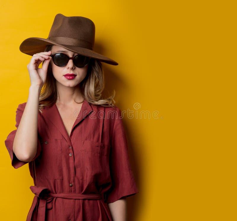 Kvinna i 40-talstilkläder och solglasögon royaltyfri bild