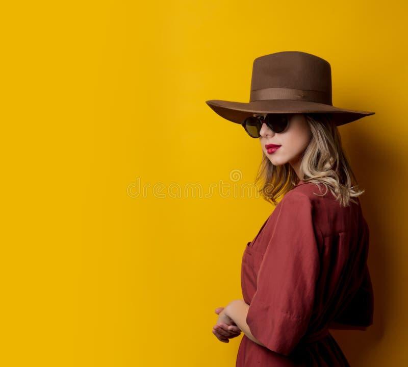 Kvinna i 40-talstilkläder och solglasögon royaltyfri fotografi