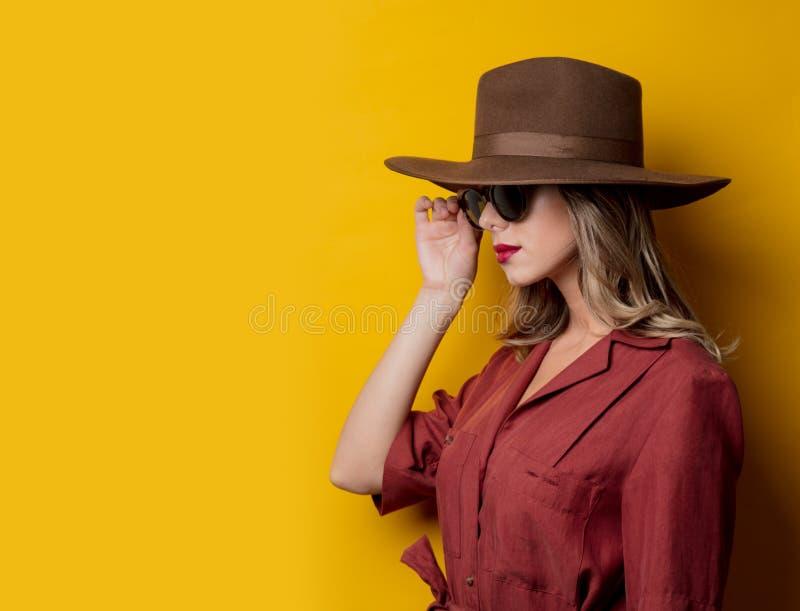 Kvinna i 40-talstilkläder och solglasögon royaltyfri foto