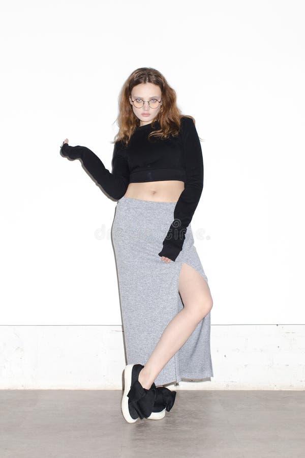 Kvinna i tillfällig kläder och exponeringsglas arkivfoton