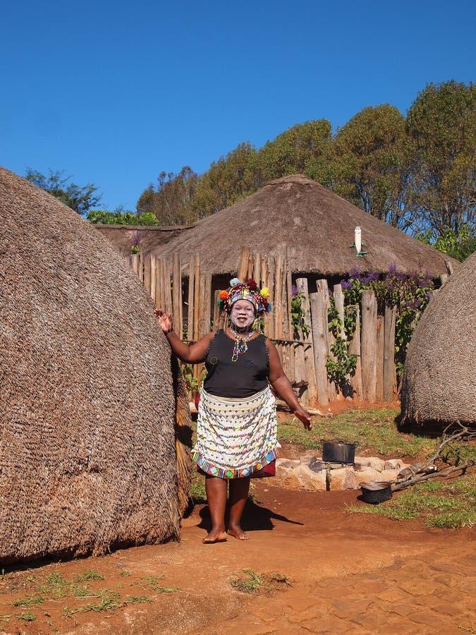 Kvinna i traditionella zulu- kläder April 18, 2014 KwaZulu-Nat royaltyfria foton