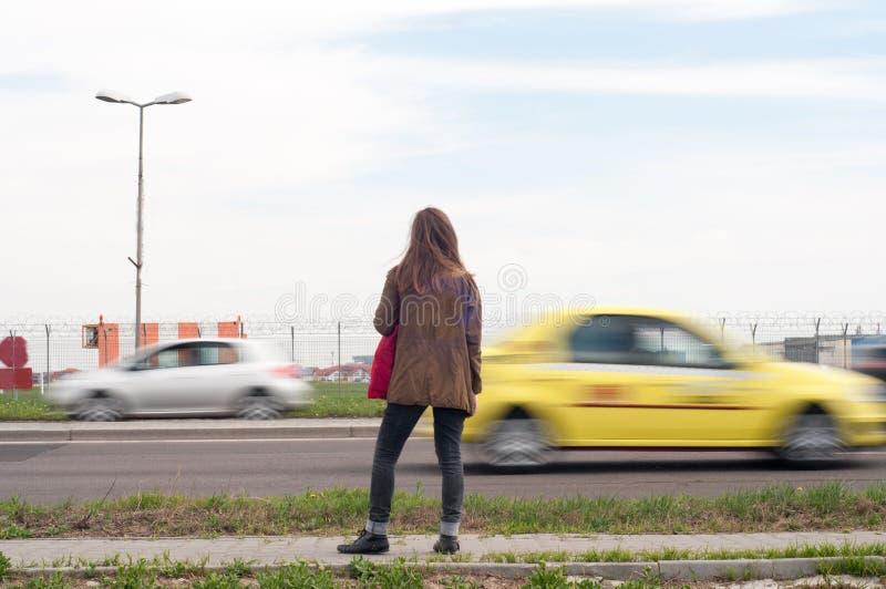 Kvinna i trafik royaltyfria bilder