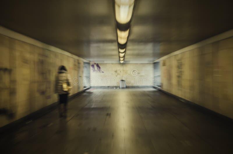 Kvinna i tunnel royaltyfri foto