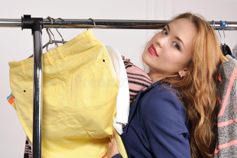 Kvinna i upphetsad köpandesaker för formella kläder royaltyfri foto