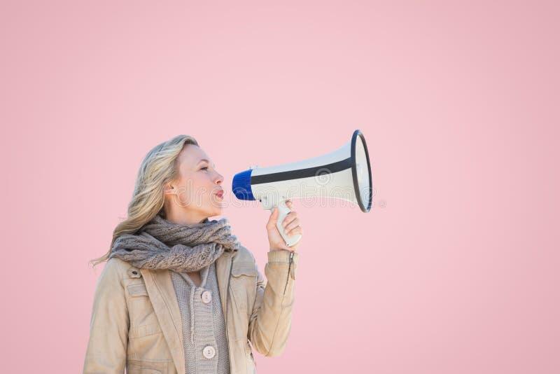 Kvinna i varma kläder som talar i megafon arkivfoton