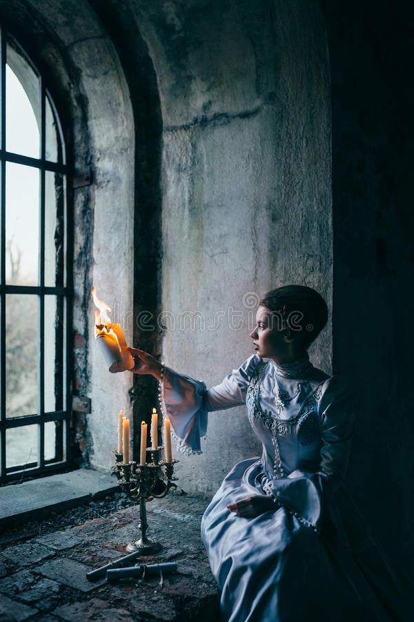 Kvinna i Victorianklänning fotografering för bildbyråer