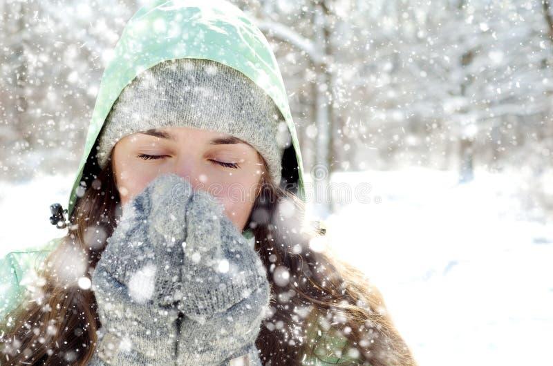 Download Kvinna i vinter fotografering för bildbyråer. Bild av livsstil - 37346529